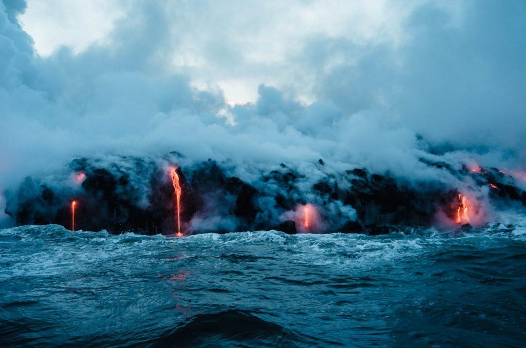 Lawa wpływająca do oceanu na Big Island, Hawaje.