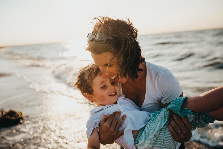 Kobieta trzymająca na rękach dziecko