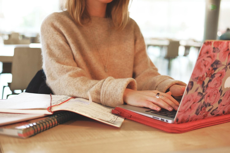Kobieta pisząca na komputerze