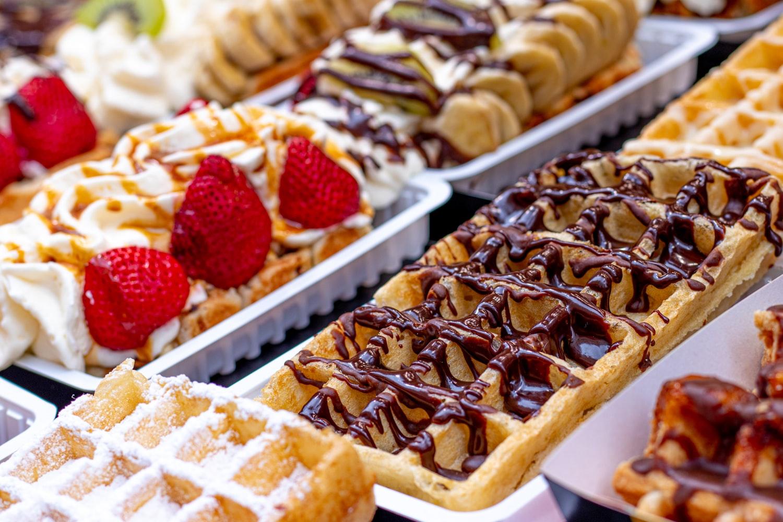 Gofry z czekoladą i owocami